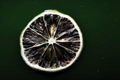 Plak van citroen op het groene water Royalty-vrije Stock Fotografie