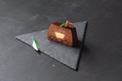 Plak van de Cake van de Chocolademousse met Citroen Curd Center stock fotografie
