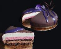 Plak van de chocolade de mousse gelaagde cake met de lentebloemen op zwarte achtergrond royalty-vrije stock foto's