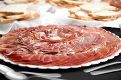 Plak van droge genezen ham stock afbeelding