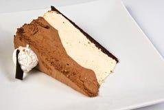 Plak van een chocoladecake met oranje room Royalty-vrije Stock Foto