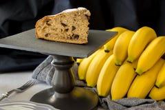 Plak van eigengemaakt banaancake of brood op zwarte leiraad met Royalty-vrije Stock Foto