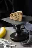 Plak van eigengemaakt banaancake of brood op zwarte leiraad met Royalty-vrije Stock Fotografie