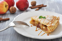 Plak van eigengemaakte appeltaart Royalty-vrije Stock Afbeeldingen