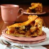 Plak van eigengemaakte Nederlandse appelcake,  Stock Afbeelding