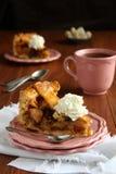 Plak van eigengemaakte Nederlandse appelcake met slagroom Royalty-vrije Stock Foto's