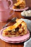 Plak van eigengemaakte traditionele Nederlandse appelcake,  Royalty-vrije Stock Afbeeldingen