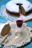 PLAK VAN EN APPLE-CAKE MET EIGENGEMAAKTE ALCOHOLISCHE DRANK VOOR EEN TRAKTATIE stock afbeelding