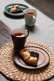 Plak van galette op een plaat met thee Eigengemaakt baksel royalty-vrije stock afbeeldingen