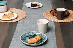 Plak van galette op een plaat met thee Eigengemaakt baksel stock foto's