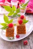 Plak van gelaagde honingscake stock fotografie