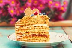 Plak van gelaagde honingscake royalty-vrije stock foto's