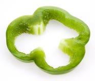 Plak van groene die groene paprika op wit wordt geïsoleerd stock afbeeldingen