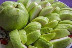Plak van guave op schotel Stock Foto's