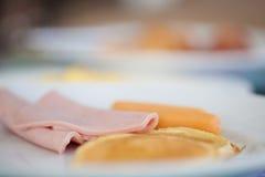 Plak van ham en brood Stock Fotografie