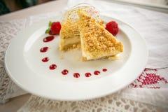 Plak van heerlijke cake op witte plaat met aardbeien Stock Foto's