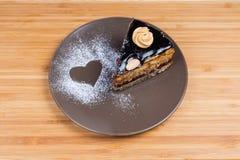Plak van het gelaagde chocoladebiscuitgebak op bruine schotel royalty-vrije stock foto