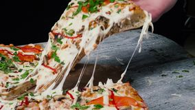 Plak van hete pepperonispizza, groot kaaslunch of diner met kaas Kader Heerlijk smakelijk snel voedsel het Italiaans stock videobeelden