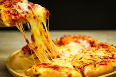 Plak van hete pizza grote kaas stock fotografie