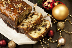 Plak van Kerstmiscake met okkernoten wordt verfraaid die Royalty-vrije Stock Fotografie