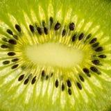 Plak van kiwifruit met backlight, close-upfoto van een kiwi, ruw groen fruit royalty-vrije stock foto