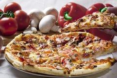 Plak van pizza Stock Foto's