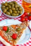 Plak van pizza op plaat met glas bier wordt gediend dat Royalty-vrije Stock Fotografie