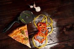 Plak van pizzapepperonis op schouderblad stock afbeeldingen