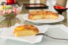 Plak van pruimcake bij het dienen van plaat Stock Afbeelding