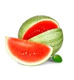 Plak van rijpe watermeloen met waterdalingen en groen blad Stock Afbeeldingen
