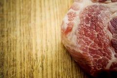 Plak van ruw rundvlees met verse rozemarijn Stock Foto's