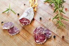 Plak van salamiworst op een houten lijst Stock Foto's