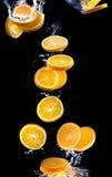 Plak van sinaasappel in het water met bellen Royalty-vrije Stock Foto