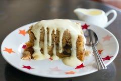Plak van vers gebakken appelkruimeltaart Stock Foto