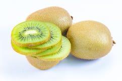 Plak van vers kiwifruit op wit Royalty-vrije Stock Afbeeldingen