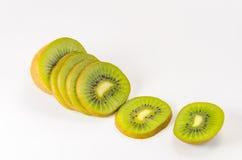 Plak van vers kiwifruit op wit Stock Afbeeldingen