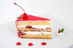 Plak van verse kersencake met een verse kers op bovenkant Royalty-vrije Stock Foto