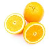 Plak van verse sinaasappel die op achtergrond wordt geïsoleerd Stock Foto's