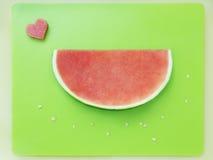 Plak van watermeloen zonder zaden en hart van meloen op groen RT Royalty-vrije Stock Fotografie