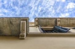 Plaka,雅典/希腊 查寻入在一个房子下的天空在Plaka 图库摄影