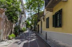 Plaka Aten, Grekland Smal gränd med traditionella hus royaltyfri bild