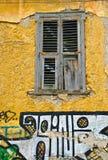 Plaka Fenster, mit Graphitti, Athen stockfoto
