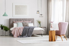 Plakat über Bett Stockfotografie