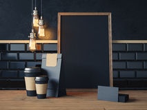 Plakat auf der hölzernen Tabelle mit leeren schwarzen Elementen Stockfoto