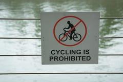 Plakat, das Bewegung auf Fahrrad verbietet Lizenzfreie Stockfotos