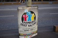 Plakat demonstrować przy G20 szczytem w Hamburg z inskrypcją w Niemieckim ` Hamburg pokazuje postawy ` w Angielski Hamburski sh fotografia royalty free