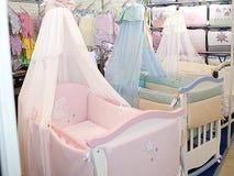 Plakat der Babyfeldbetten vier das Schaufenster Stockfotografie