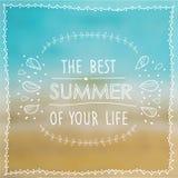 Plakat der beste Sommer Ihres Lebens auf dem Hintergrund des Strandes und des Meeres Vektor Lizenzfreie Stockfotografie