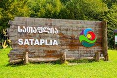Plakat am Eingang des Zustand Sataplia-Naturreservats nahe Kutaisi im Sommer Sunny Day Racha Range, Kaukasus, Georgia lizenzfreie stockbilder