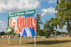Plakat mit Bild von Fidel Castro- und Kubanerflagge in Santa Clara, lizenzfreies stockfoto